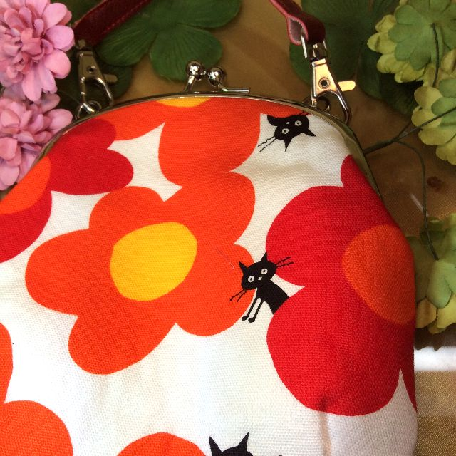 ゆきむしさん作ハンドメイドがま口ポーチ白地に赤オレンジ大花黒猫の表地写真