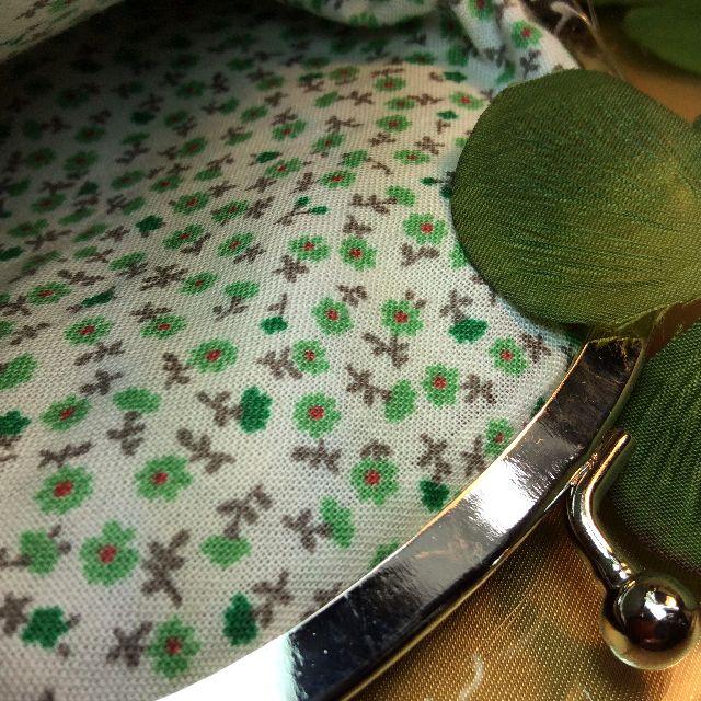 ゆきむしさん作ハンドメイドがま口ポーチ黒色地にカラフル服黒猫の内側のグリーンの小花の生地アップ写真