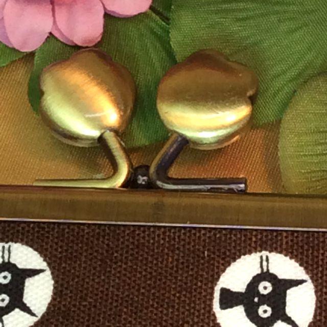 ゆきむしさんのがま口タイプのハンドメイド通帳ケースの肉球ツマミ口金部分のアップ写真裏