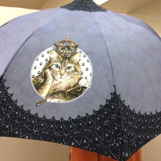 ヨーロッパ調女王猫の長傘をモデルさんがさして立っている写真