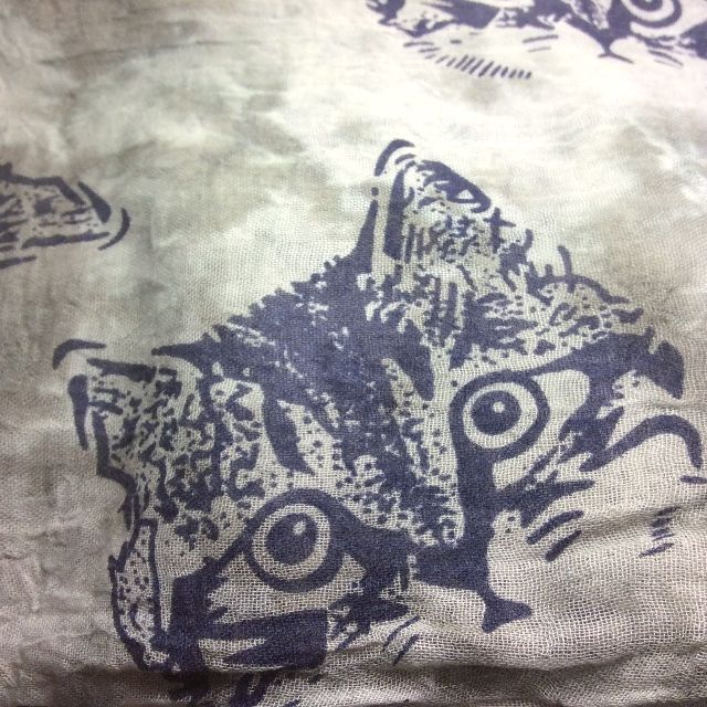 猫柄大版ストールの色違いのグレーの写真