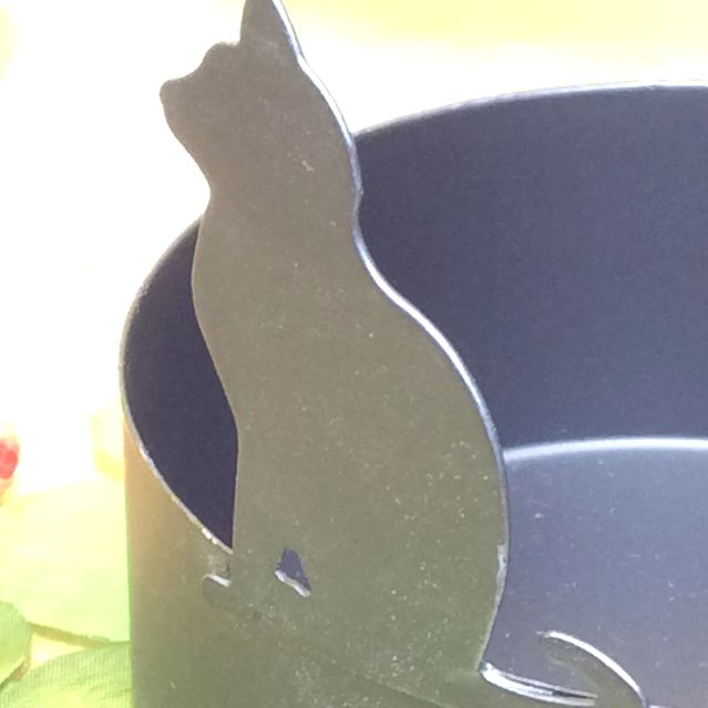 大西賢さんの黒猫シルエットアンブレラスタンド水受けの部分のアップ写真