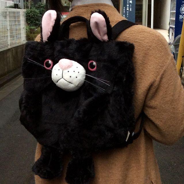 ヌイグルミタイプのリュックにもなるルートート猫2WAYバッグをモデルさんが背おった所の写真