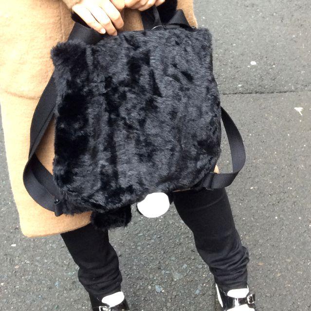 ヌイグルミタイプのリュックにもなるルートート猫2WAYバッグを手で持った所のバッグの裏側写真