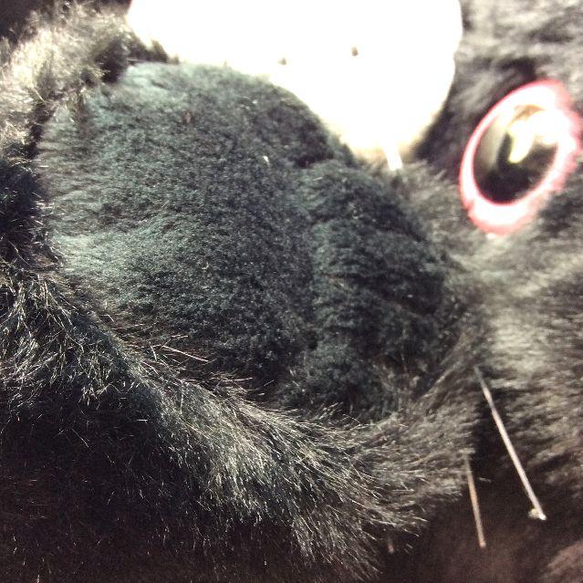 ヌイグルミタイプのリュックにもなるルートート猫2WAYバッグの猫の脚の部分アップ写真