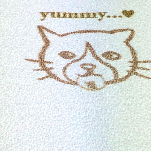 くちばしさくぞうスマホケースのんびりおせんべいの裏部分ハチワレ猫顔アップ写真