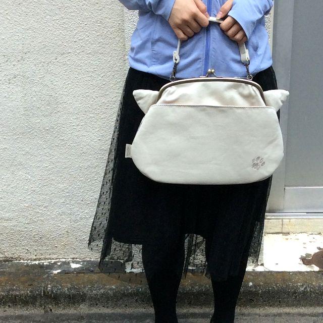 人物モデルがバッグを提げているので、サイズを比較しやすい。
