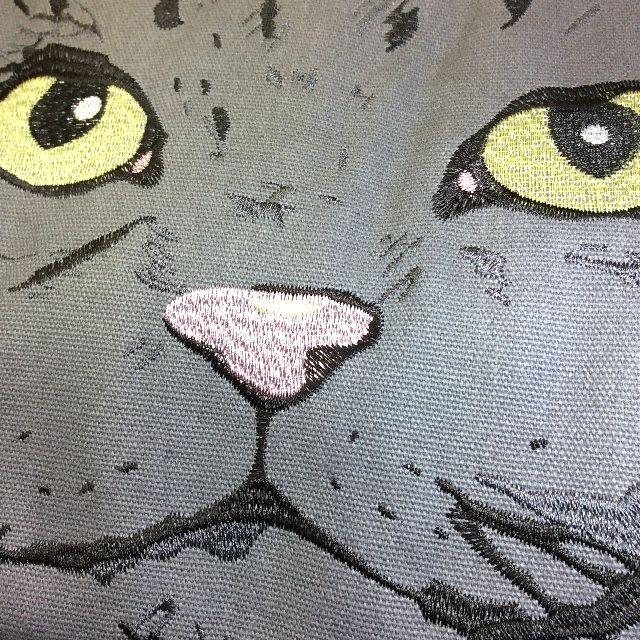 がま口ルートートバッグ表面のデザイン。グレー色の猫顔刺繍をクローズアップした画像
