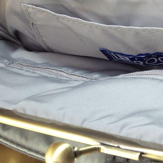 がま口ルートート刺繍猫顔バッグを開いて刺繍タグとグレー色の内生地を撮影した画像