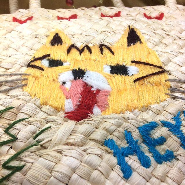 ルートートカゴバッグ刺繍トラ猫の模様アップ画像