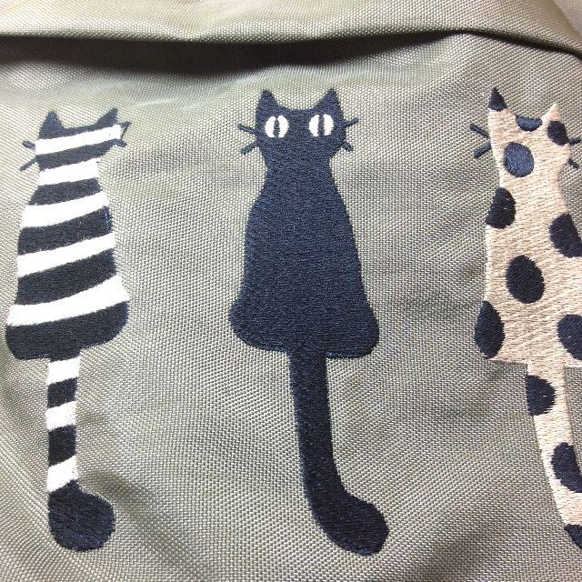 マタノアツコ先生の仲良し猫刺繍リュック表面に刺繍されている3匹の猫部分のクローズアップ画像
