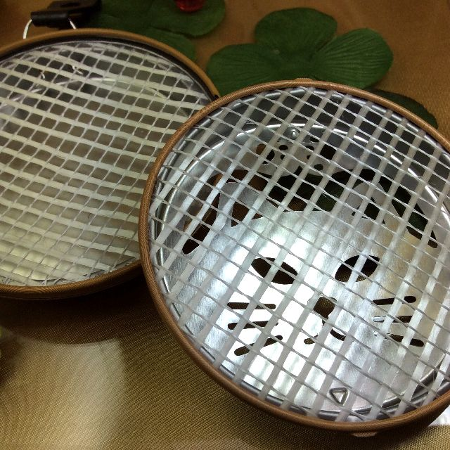 トラ猫蚊取り線香置きの蓋を外して内側が見える様に置いた画像