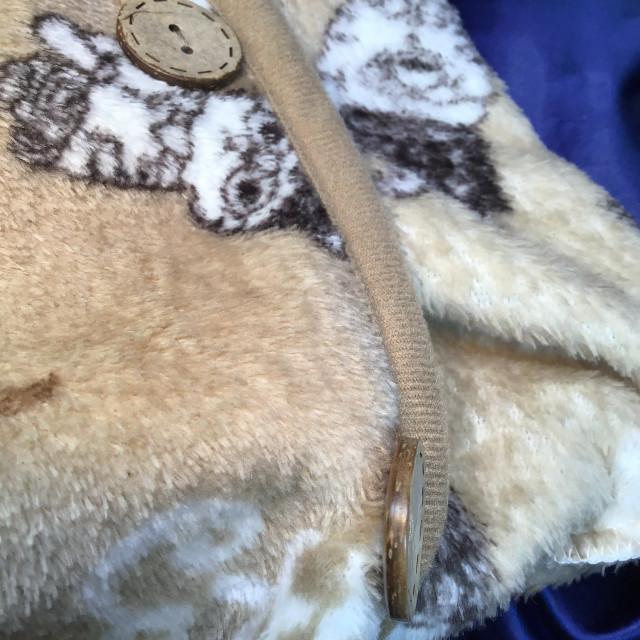 猫柄ベージュ色フリース肩掛けのボタン部分のクローズアップ画像