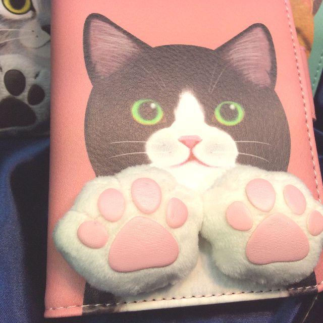 フェリシモ猫部肉球付きスマホケースピンク色ハチワレ猫の外側の表側全体画像