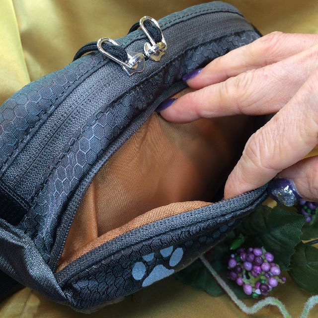 猫のダヤンのアウトドアポーチ「ふりむき」柄の前側ポケットの画像