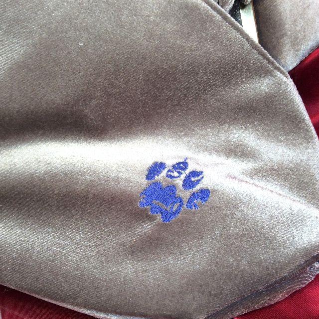 ルートート猫刺繍がま口バッグの背面の肉球刺繍の画像