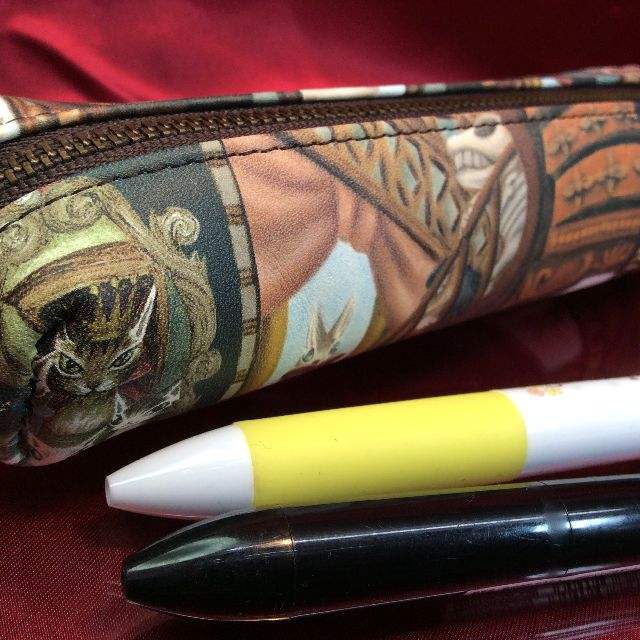 ダヤンの革製ペンケース「理想の図書館」の裏側の画像