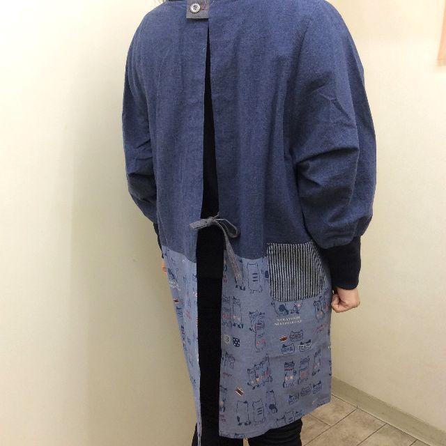 クスグルジャパンの割烹着を着た後ろ姿の全体像
