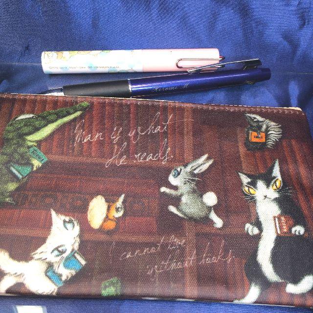 猫のダヤンのペンポーチ「本の劇場」柄の背面画像