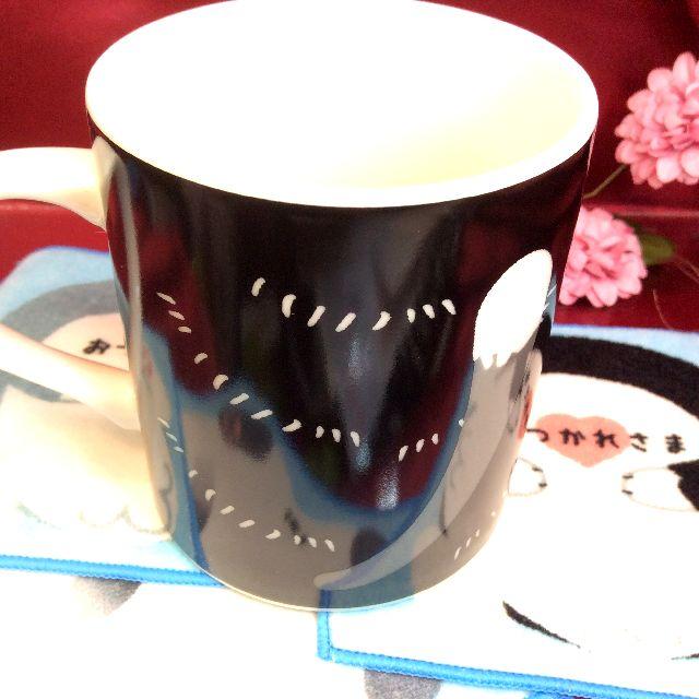 ハチワレ猫のマグカップの後ろ側にシッポがプリントされている画像