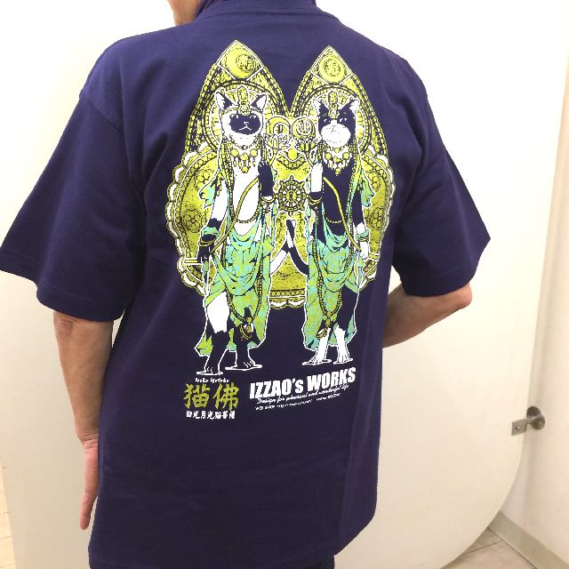 IZZAO'S WORKS日光月光菩薩Tシャツを着た背中側画像