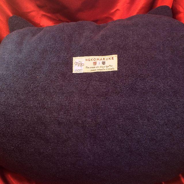 クスグルジャパンのネコザワさんのケース入りひざ掛けのケースの背面側の画像