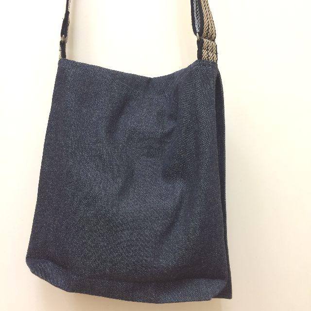 倉敷デニムのショルダーバッグ「波ノリ猫」柄の背面のクローズアップ画像