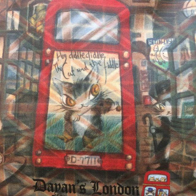 猫のダヤンのレッスンバッグ・ラミネート製「ロンドンⅡ」柄の背面側のクローズアップ画像