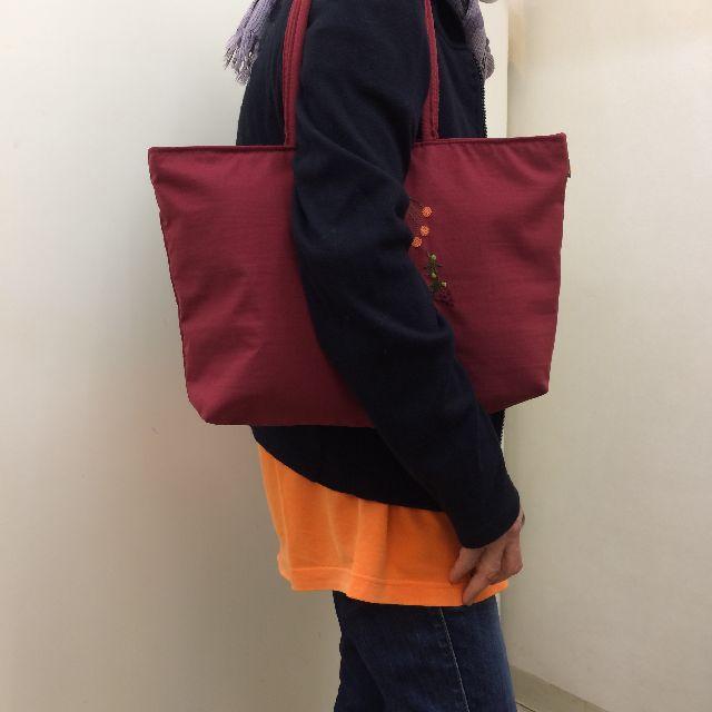 マタノアツコの「黒猫メメ」柄トートバッグを肩に掛けた画像