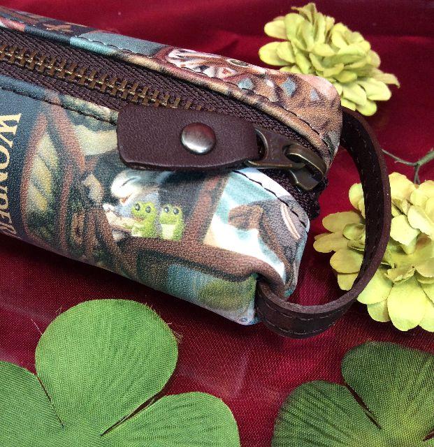 ダヤンの革製ペンケース「理想の図書館」のファスナー引手と、持ち手部分の画像