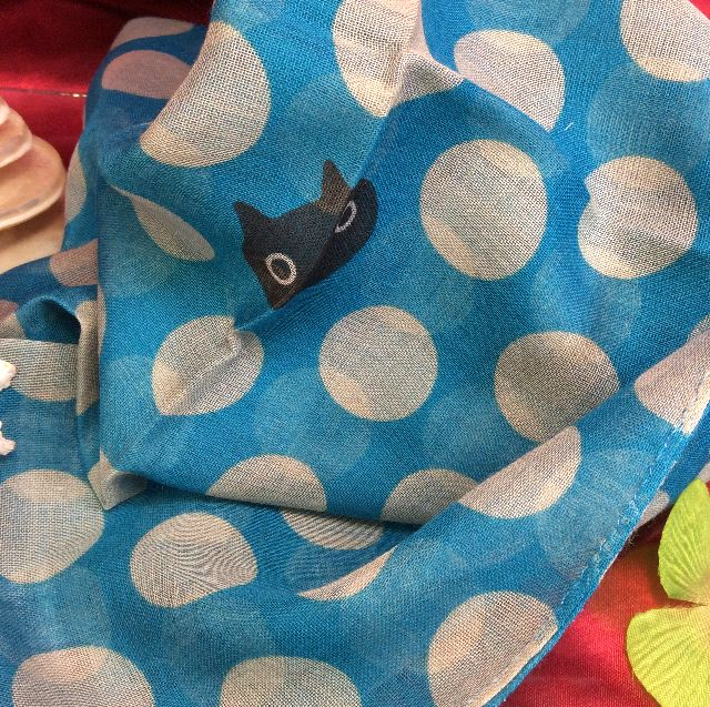 マタノアツコ黒猫幅細ストール青色の全体の画像