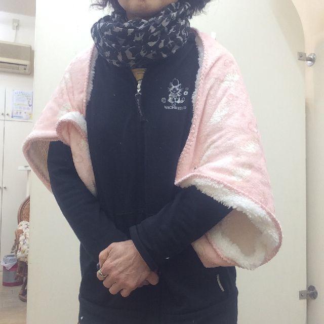 トラ猫柄ピンク色ひざ掛けをボレロ風に羽織った画像