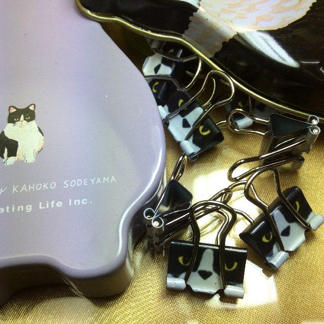 猫型缶の底とミニ猫ダブルクリップの画像