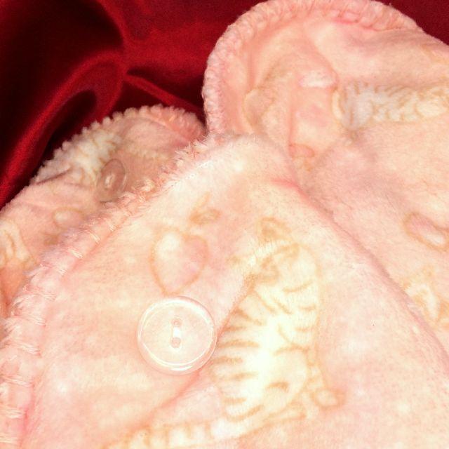 トラ猫柄ピンク色ひざ掛けのボタン部分のクローズアップ画像