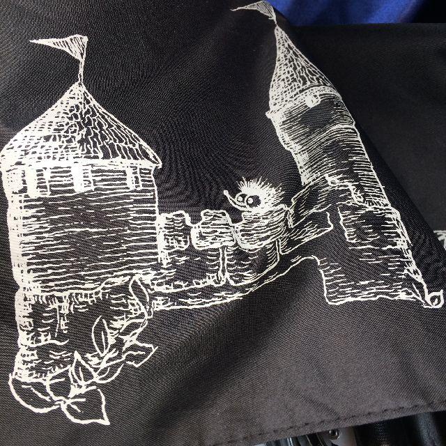 猫のダヤンの遮光ミニ折りたたみ傘「お城」柄のお城とウィリーの絵柄部分のクローズアップ画像