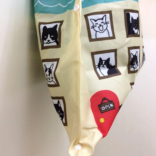 白黒猫エコバッグの脇のボタン部分のクローズアップ画像