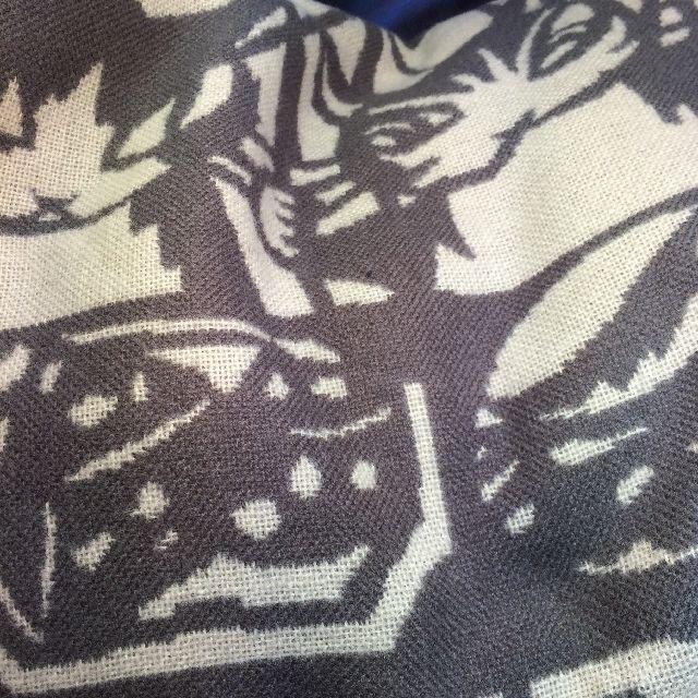 ダヤンのジャガード生地のボタン付きストールの絵柄のクローズアップ画像