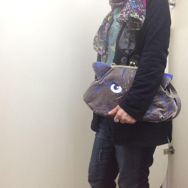 ルートート猫刺繡がま口バッグの紐を外してクラッチバッグで持っている画像