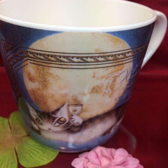 ダヤンの軽量マグカップ「月に乾杯」のおもて側の画像