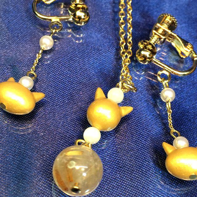 仙台在住のRURURUさんのハンドメイド金色猫ペンダントとイヤリングを並べた画像