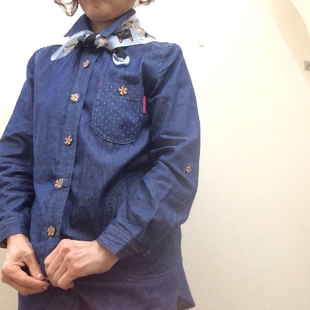 マツモトヨーコ先生のLサイズハンカチをバンダナ風に首に巻いた画像