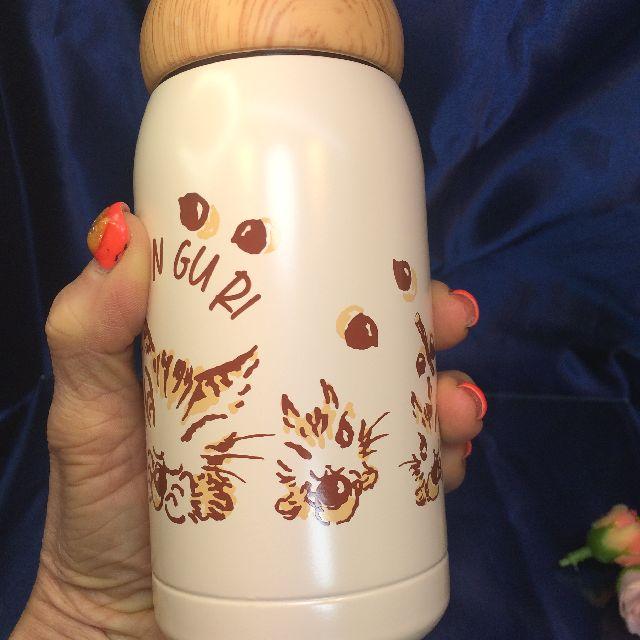 猫のダヤンのどんぐりボトルベージュ色を手に持った画像