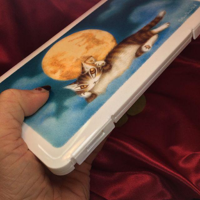 猫のダヤンアートマスクケース「月に乾杯」を手に持った画像