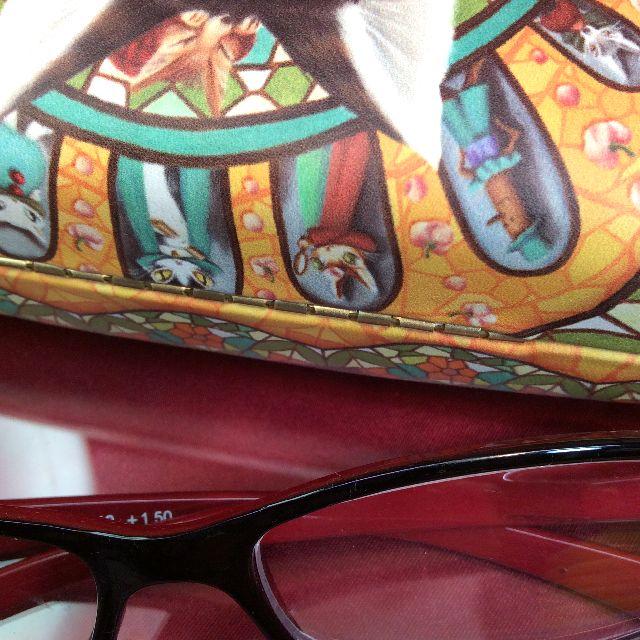 ダヤンのハードタイプのメガネケースの後ろ側の蝶番部分のクローズアップ画像