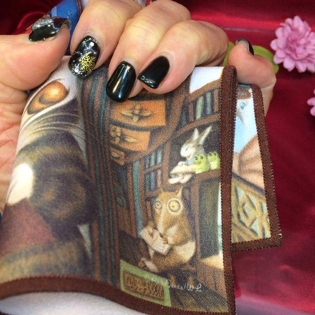 ダヤンのメガネ拭き「理想の図書館」を手に持った画像