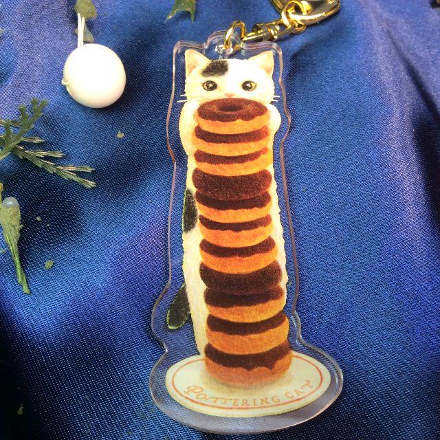 ポタリングキャットアクリルキーホルダー白黒ブチ猫のチョコドーナッの画像