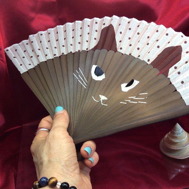 猫顔扇子を手に持った画像