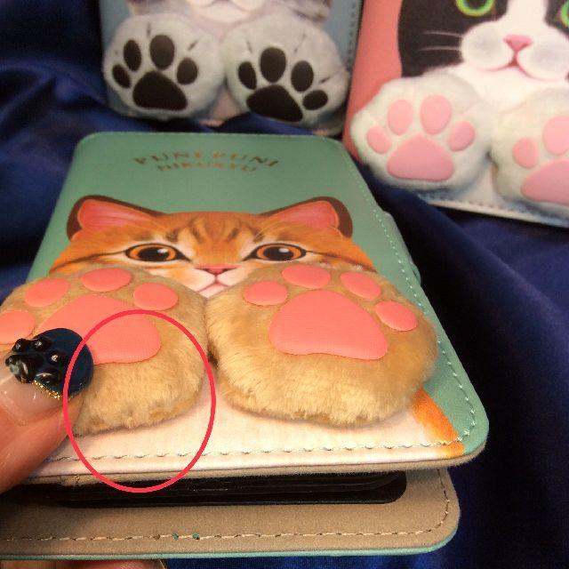 フェリシモ猫部肉球付きスマホケースの肉球部分のぶ厚さを横から見た画像