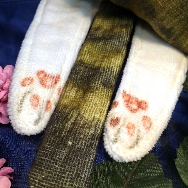 フェリシモのキジトラ猫の長いタオルの後ろ足とシッポのクローズアップ画像