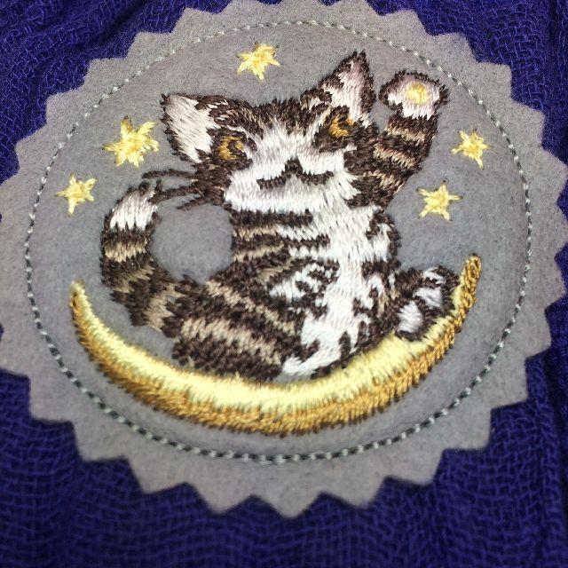 猫のダヤンのクールタオルマフラー「お星様」柄のエンブレムのクローズアップ画像